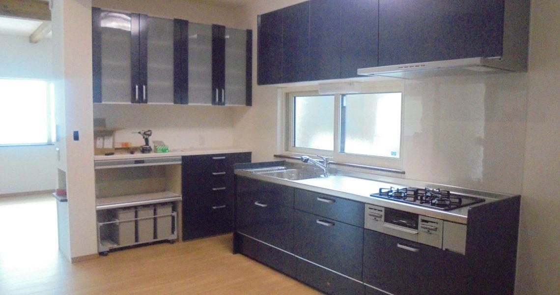 リビングや玄関から近くて使い勝手の良い 広々としたキッチン