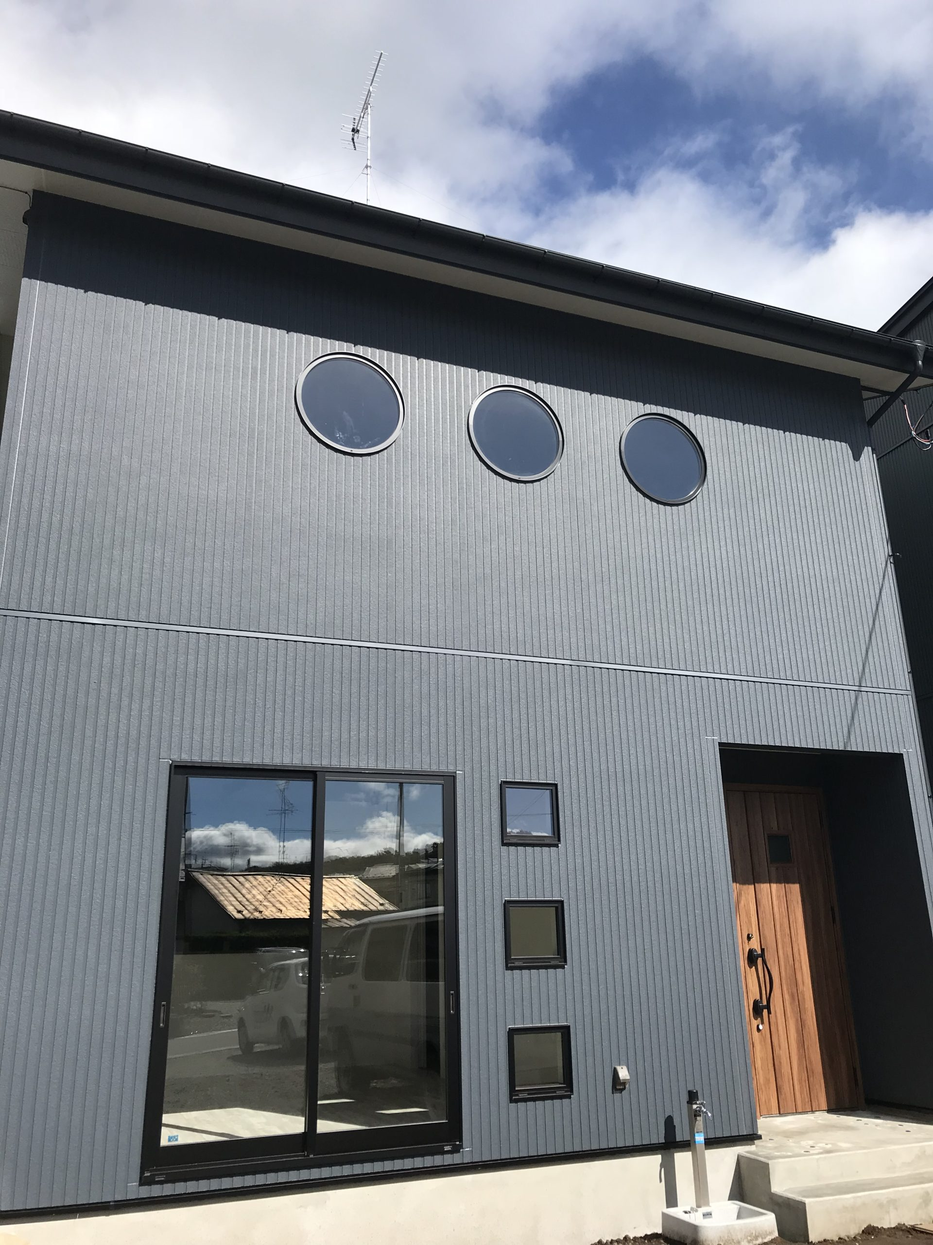 モダンな丸窓のお家